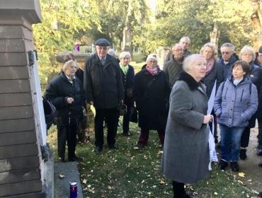 Vortrag von Frau Dr. Inge Zacher an der Grabmäler-Gruppe der Familie Schnitzler
