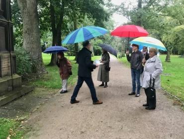 Schade für die, die unter unseren Regenschirmen die kleinen Geschichten aus der vergangenheit der Stadt, nicht mithören konnte.er A