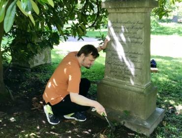 Pate Thomas Hartmann am Grab des Revolutions-Opfers Friedrich Hartmann