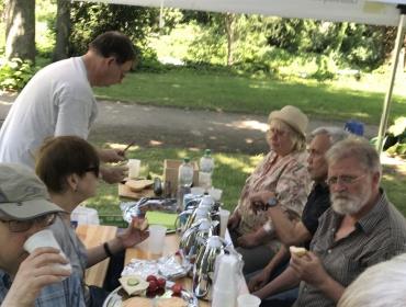 Die neuen Paten ließen sich den Kaffee vom Gartenamt und den selbstgebackenen Zitronenkuchen von Frau Toerkel nach getaner Arbeit schmecken.
