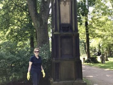 Unser Mitglied Martina Wagner am Patenschaftsgrab des Jesuiten-Grabmals