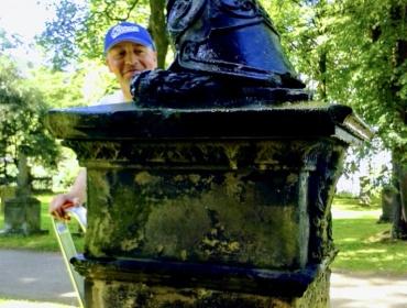 Unser Mitglied Frank Westmeier und das Grab des Königl. Portepee Fähnrich im 16. Infanterie Regiment Carl Ferdinand von Garrelts