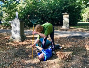 Thomas Kleiner & Marco Biermann - Ausführung von Bewegung eines Gelähmten beim gemeinsamen Reinigen des Friedhofs