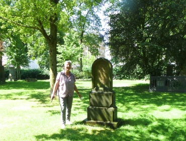 Frau Doris Toerkel, Amtsleiterin Gartenamt, legt zusammen mit uns selber Hand an