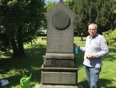Mitglied und Pate Thomas Puhl am Patenschaftsgrab Hermann Altgelts