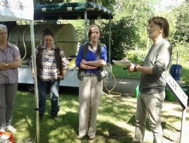 Vom Gartenamt Frau Toerkel, Frau Kowalski und Frau Dipl. Restauratorin Weinsberg mit Dr. Dieter Sawalies bei der Eröffnung